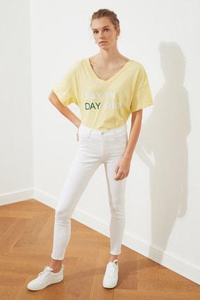 TRENDYOLMİLLA Sarı Baskılı Ön ve Arka V Yaka Boyfriend Örme T-Shirt TWOSS20TS0506 3