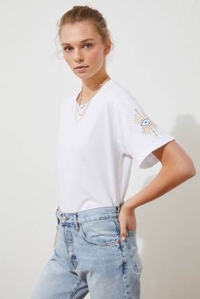 TRENDYOLMİLLA Beyaz Kol Nakışlı Boyfriend Örme T-Shirt TWOSS21TS1789 1