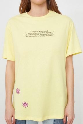 TRENDYOLMİLLA Sarı Baskılı Boyfriend Örme T-Shirt TWOSS21TS2099 3
