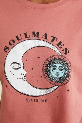 TRENDYOLMİLLA Gül Kurusu Baskılı Crop Örme T-Shirt TWOSS21TS1030 4