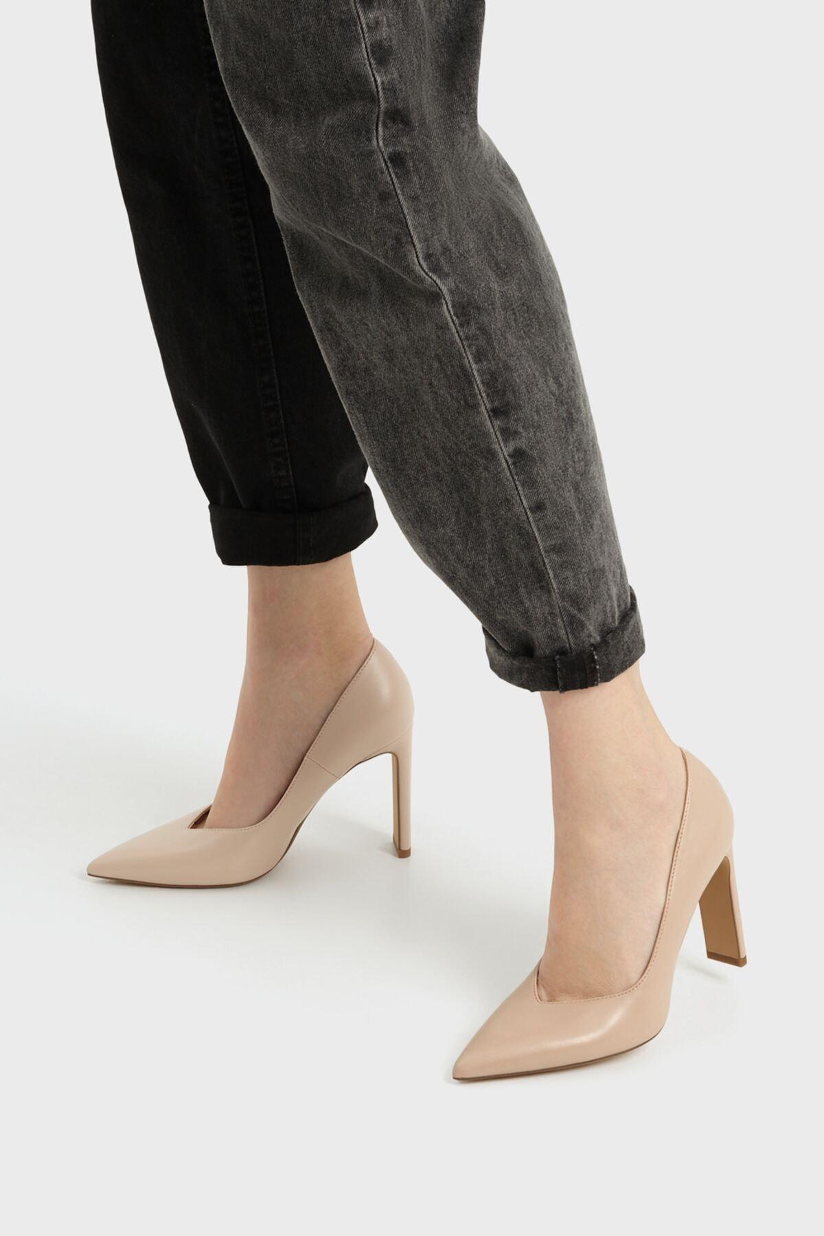 Bershka Kadın Bej V Kesim Topuklu Ayakkabı 11308760 1