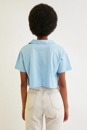 TRENDYOLMİLLA Mavi Crop Nakışlı Örme T-Shirt TWOSS21TS0727 4