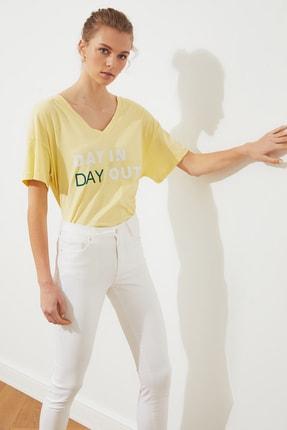 TRENDYOLMİLLA Sarı Baskılı Ön ve Arka V Yaka Boyfriend Örme T-Shirt TWOSS20TS0506 1