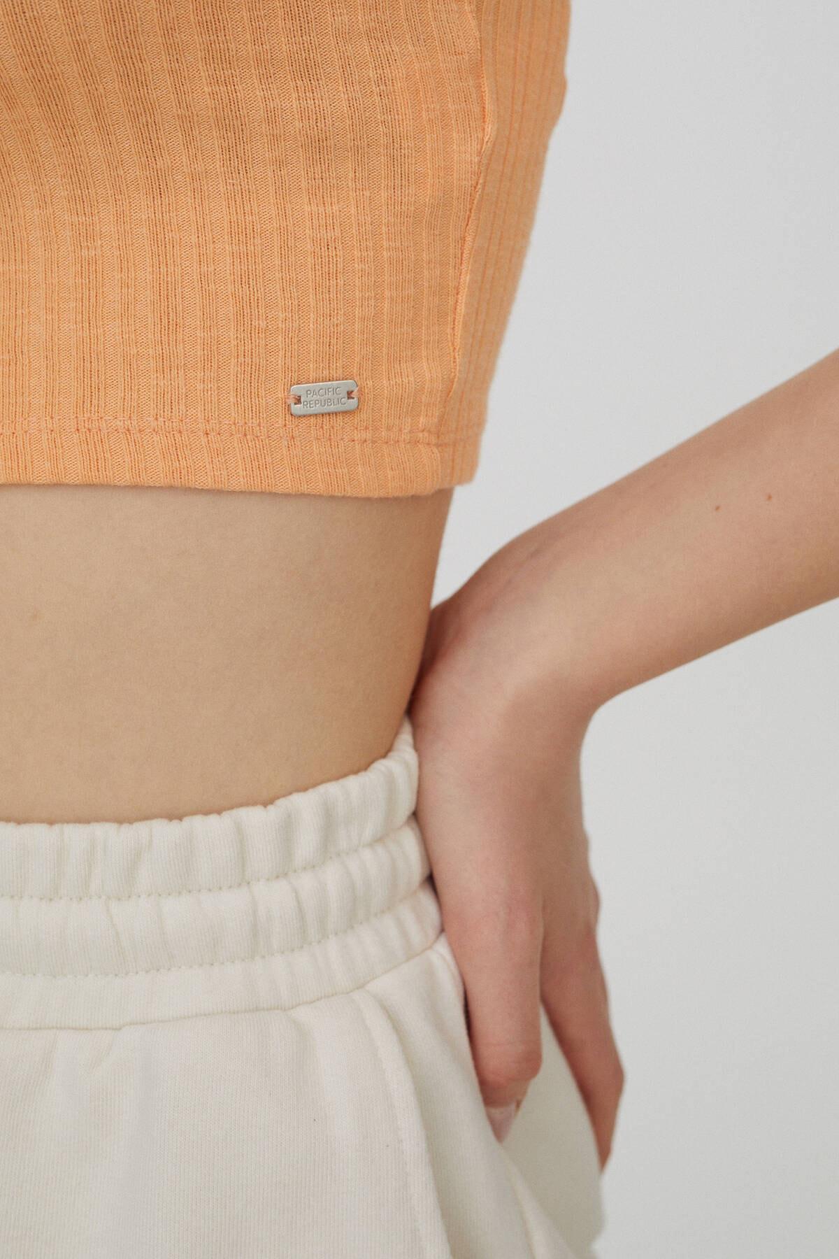 Pull & Bear Kadın Orta Turuncu Önü Dekoratif Düğmeli Fitilli T-Shirt 04240371 1