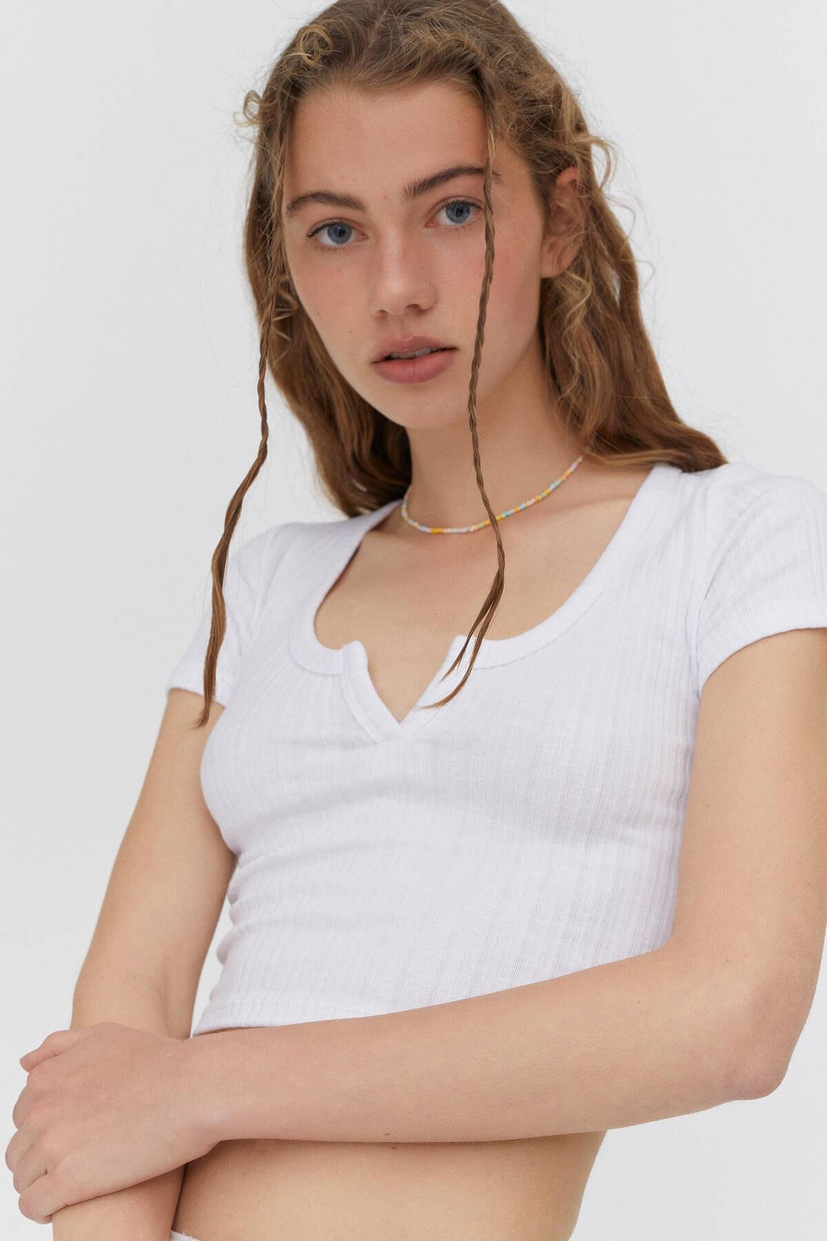 Pull & Bear Kadın Açıklık Detaylı Yakalı T-shirt 3