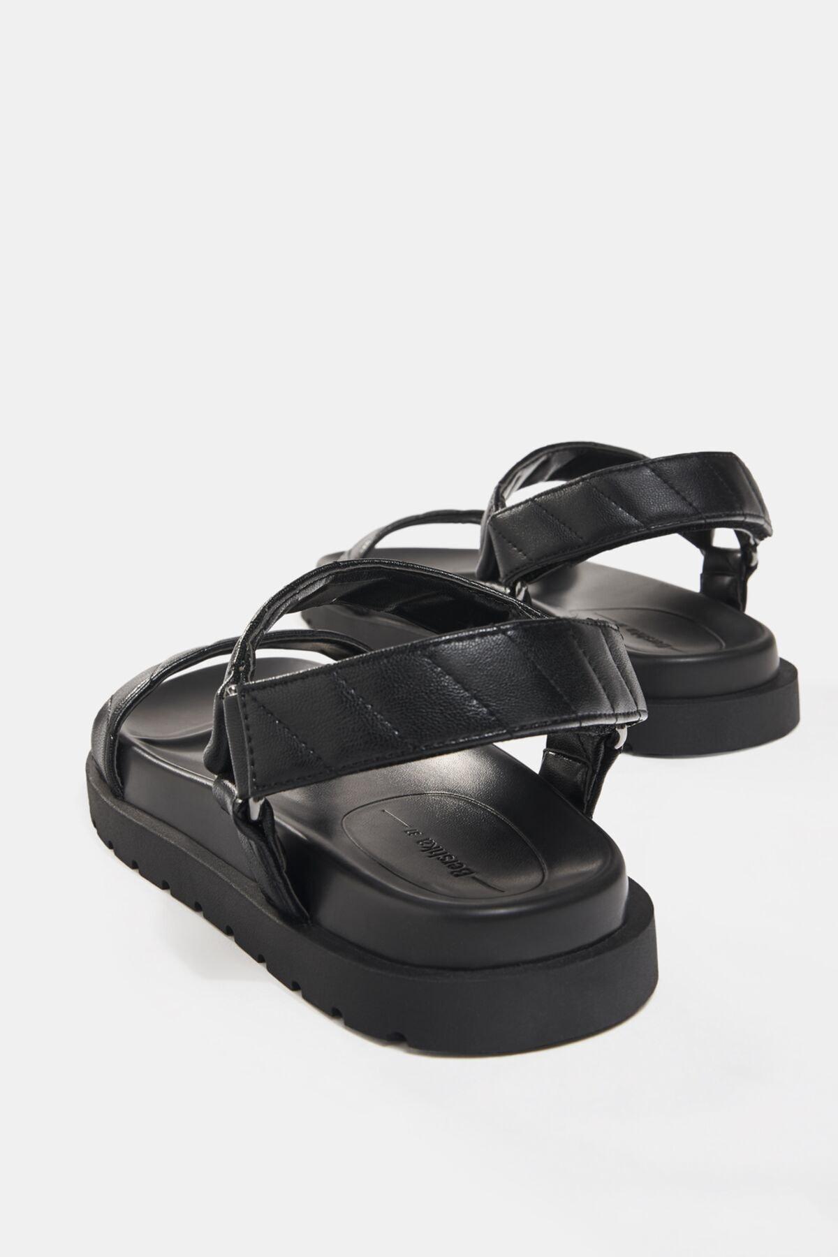 Bershka Kadın Siyah Kapitone Bantlı Düz Sandalet 11819760 3