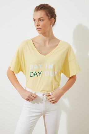 TRENDYOLMİLLA Sarı Baskılı Ön ve Arka V Yaka Boyfriend Örme T-Shirt TWOSS20TS0506 0