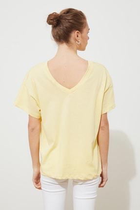 TRENDYOLMİLLA Sarı Baskılı Ön ve Arka V Yaka Boyfriend Örme T-Shirt TWOSS20TS0506 4