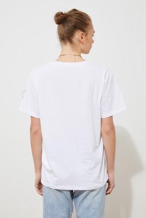 TRENDYOLMİLLA Beyaz Kol Nakışlı Boyfriend Örme T-Shirt TWOSS21TS1789 3