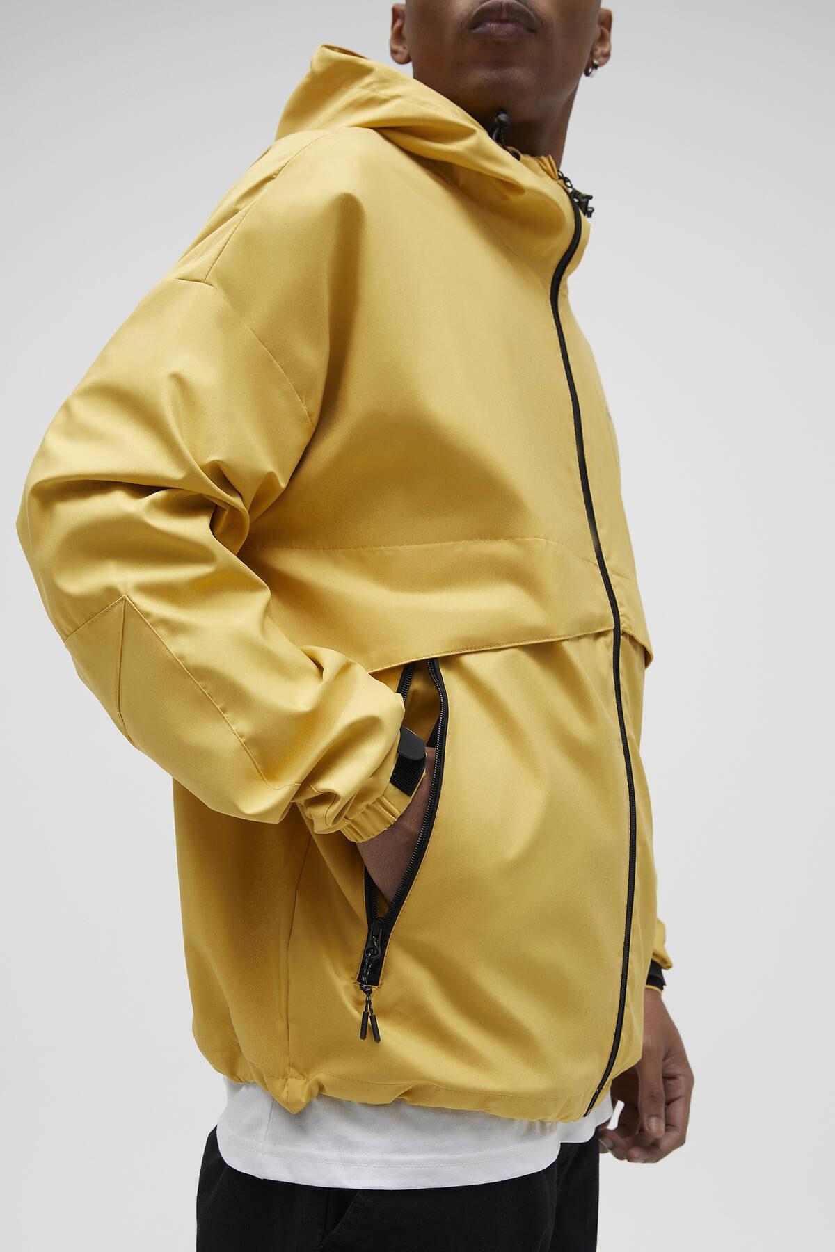 Pull & Bear Erkek Hardal Rengi Kapüşonlu Hafif Yağmurluk 04711547 1