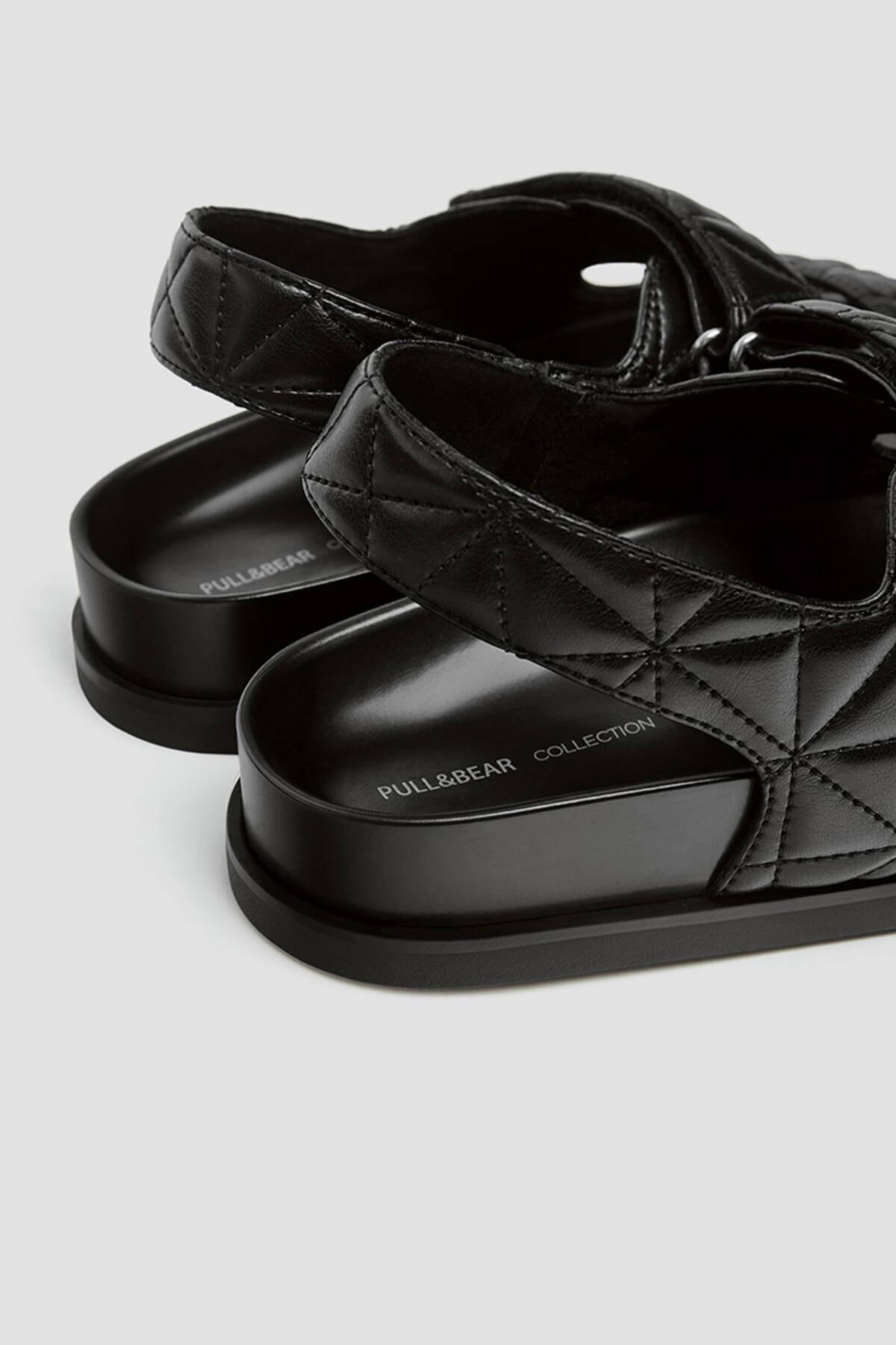 Pull & Bear Kadın Siyah Kapitone Bantlı Düz Sandalet 11418740 3