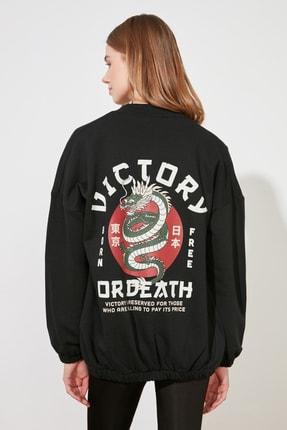 TRENDYOLMİLLA Siyah Şardonlu Sırt Baskılı Örme Sweatshirt TWOAW21SW1924 4