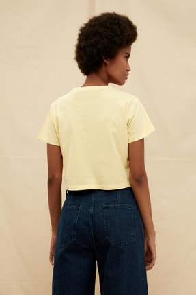 TRENDYOLMİLLA Sarı %100 Organik Pamuk Crop Baskılı Örme T-Shirt TWOSS21TS1413 4