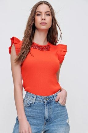 Trend Alaçatı Stili Kadın Turuncu Metal Aksesuarlı Kolu Fırfırlı Kaşkorse Bluz ALC-X5978 1