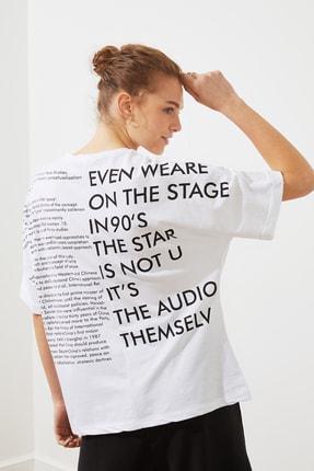 TRENDYOLMİLLA Beyaz Ön Ve Sırt Baskılı Boyfriend Örme T-Shirt TWOSS20TS1275 0