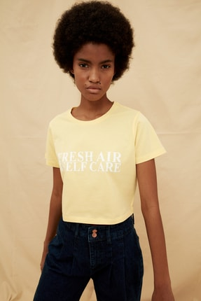 TRENDYOLMİLLA Sarı %100 Organik Pamuk Crop Baskılı Örme T-Shirt TWOSS21TS1413 3
