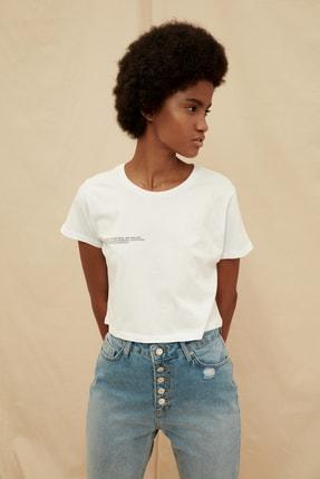 TRENDYOLMİLLA Beyaz %100 Organik Pamuk Ön ve Sırt Baskılı Crop Örme T-Shirt TWOSS21TS1420 4