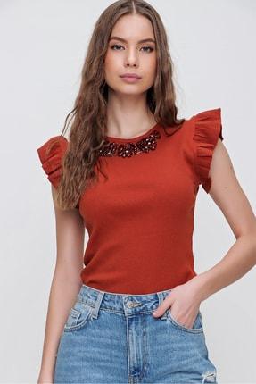 Trend Alaçatı Stili Kadın Tarçın Metal Aksesuarlı Kolu Fırfırlı Kaşkorse Bluz ALC-X5978 1