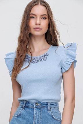 Trend Alaçatı Stili Kadın Mavi Metal Aksesuarlı Kolu Fırfırlı Kaşkorse Bluz ALC-X5978 2