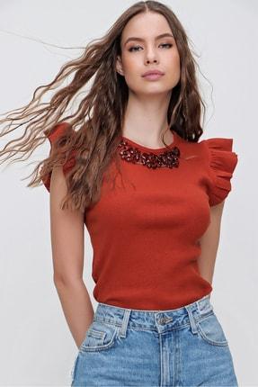 Trend Alaçatı Stili Kadın Tarçın Metal Aksesuarlı Kolu Fırfırlı Kaşkorse Bluz ALC-X5978 0