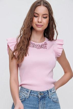 Trend Alaçatı Stili Kadın Pembe Metal Aksesuarlı Kolu Fırfırlı Kaşkorse Bluz ALC-X5978 1
