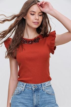 Trend Alaçatı Stili Kadın Tarçın Metal Aksesuarlı Kolu Fırfırlı Kaşkorse Bluz ALC-X5978 3