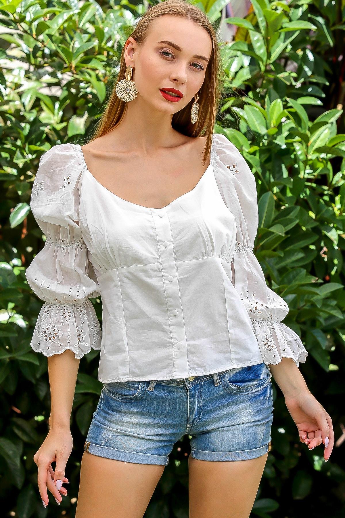 Kadın Beyaz Romantik Yaka Düğmeli Kolları Fisto Büzgü Detaylı Uçları Dilimli Bluz M10010200Bl96091