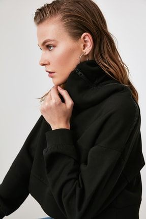 TRENDYOLMİLLA Siyah Fermuarlı Dik Yaka Crop Örme Sweatshirt TWOAW21SW0121 0