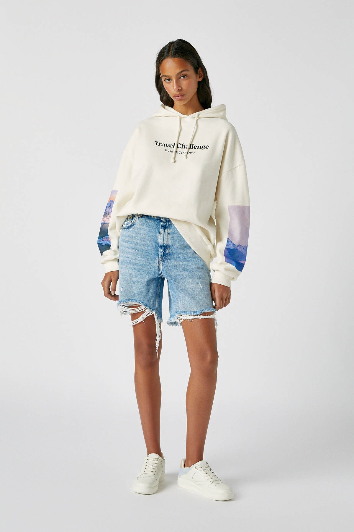 Pull & Bear Kadın Buz Rengi Kolu Fotoğraf Görselli Beyaz Sweatshirt 09594325 1