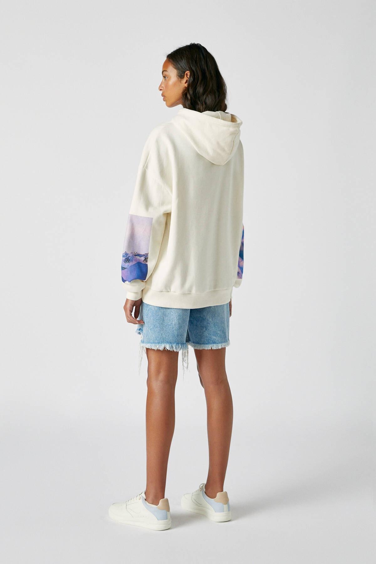 Pull & Bear Kadın Buz Rengi Kolu Fotoğraf Görselli Beyaz Sweatshirt 09594325 2