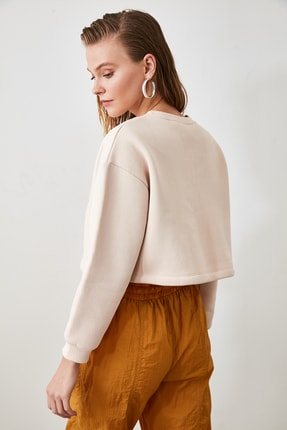 TRENDYOLMİLLA Bej Nakışlı ve Şardonlu Crop Örme Sweatshirt TWOAW20SW0145 4