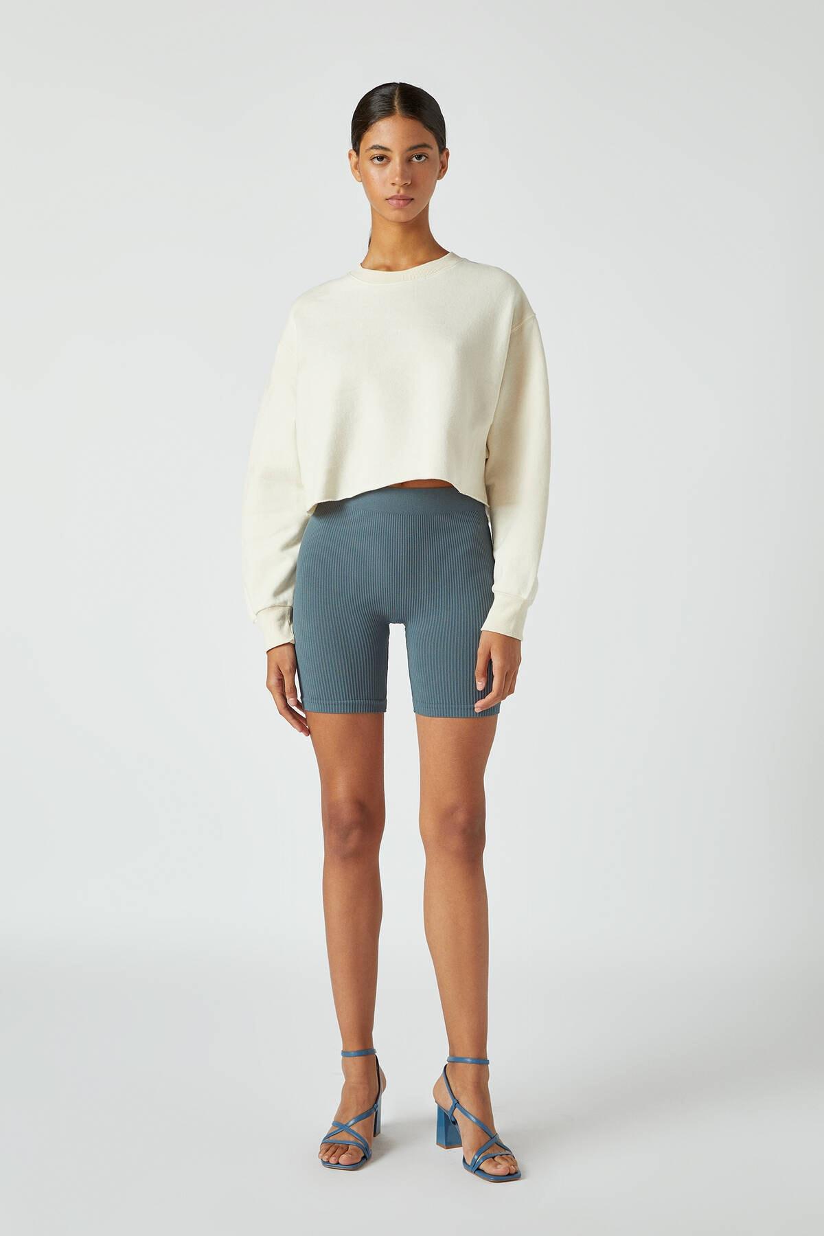 Pull & Bear Kadın Buz Rengi Rahat Crop Fit Sweatshirt 09594315 1