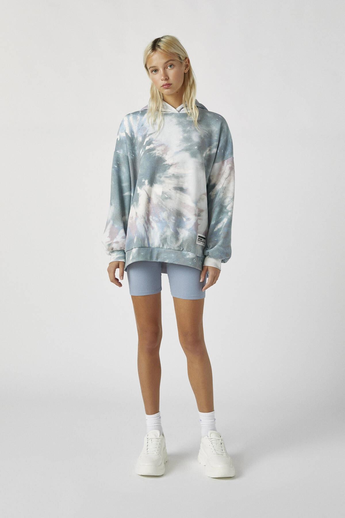 Pull & Bear Kadın Renkli İşlemeli Etiketli Batik Kapüşonlu Sweatshirt 09594320 1