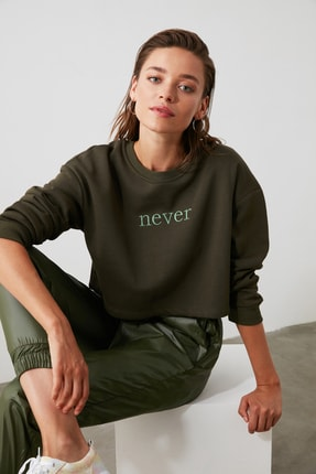 TRENDYOLMİLLA Haki Nakışlı Crop Örme Sweatshirt TWOAW20SW0145 0