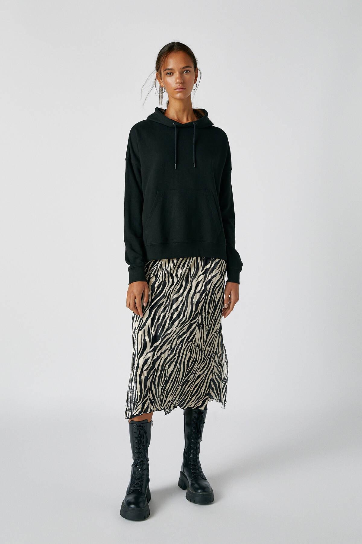 Pull & Bear Kadın Siyah Kanguru Cepli Kapüşonlu Sweatshirt 09594360 1