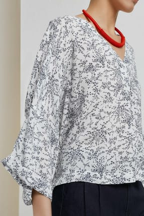 Yargıcı Kadın Beyaz Siyah Çiçek Desenli V Yaka Kırma Detaylı Bluz 9KKGM6105A 1