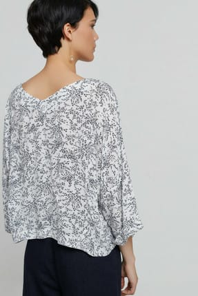 Yargıcı Kadın Beyaz Siyah Çiçek Desenli V Yaka Kırma Detaylı Bluz 9KKGM6105A 3