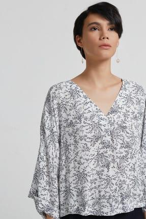 Yargıcı Kadın Beyaz Siyah Çiçek Desenli V Yaka Kırma Detaylı Bluz 9KKGM6105A 2