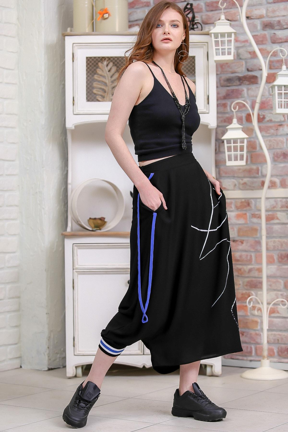 Chiccy Kadın Siyah Tek Paçası Lastik Detaylı Diğeri Açık Çizgisel Baskılı Şalvar Pantolon  M10060000PN99192 2