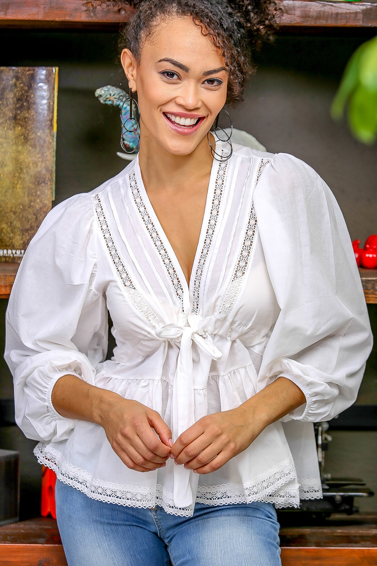 Chiccy Kadın Beyaz Dantel Detaylı V Yaka Bağlamalı Büzgülü Balon Kol Etek Ucu Dantel Bluz M10010200BL96381 1